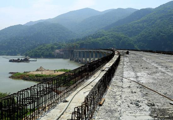 芳世湾大桥位于 赤壁市陆水湖风景区办事处芳世湾村,横跨陆水水库