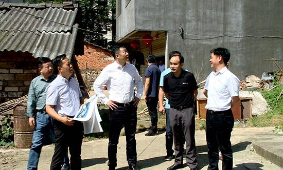 5董方平实地了解砂子岭菜市场规划进展情况.jpg